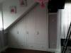 Tetőtérben festett fehér ajtókkal